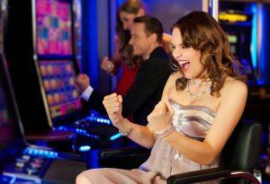 kobieta grająca na automatach
