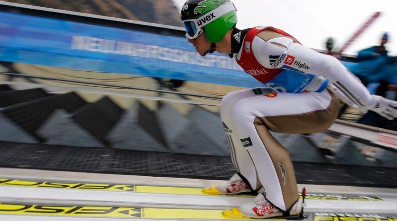 zdjęcie przedstawiające skoczka narciarskiego