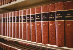 książki prawnicze stojące na półce