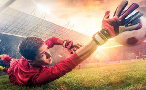 bramkarz chwytający piłkę podczas meczu