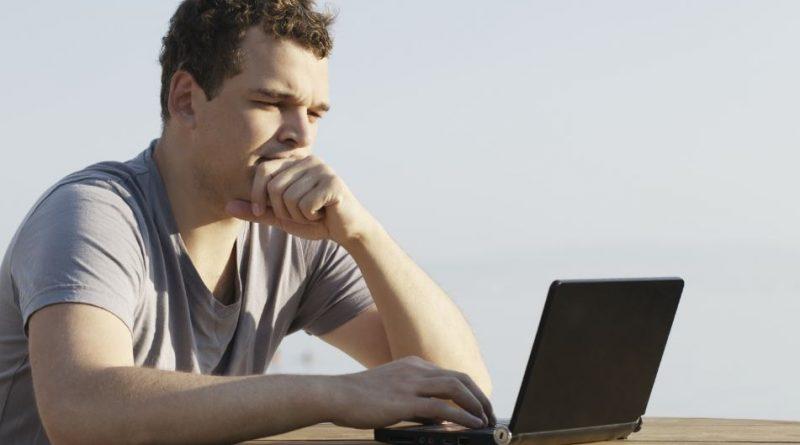młody mężczyzna pracujący na laptopie