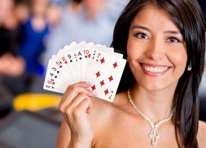 kobieta grająca w karty