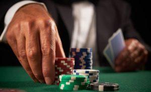 gracz stawiający żetony w kasynie