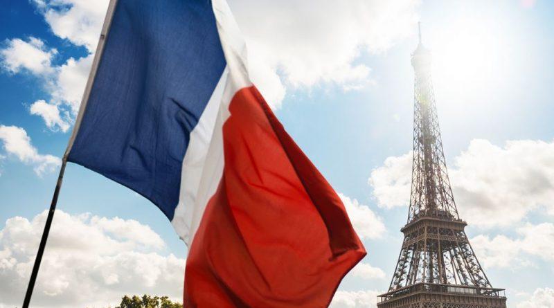 flaga francuska i wieża Eiffla w tle