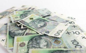 banknoty stuzłotowe na białym tle