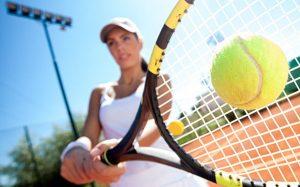 Tenisistka odbijająca piłkę