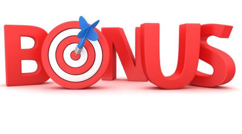 czerwony napis BONUS ze strzałką wbitą w środek litery O na białym tle