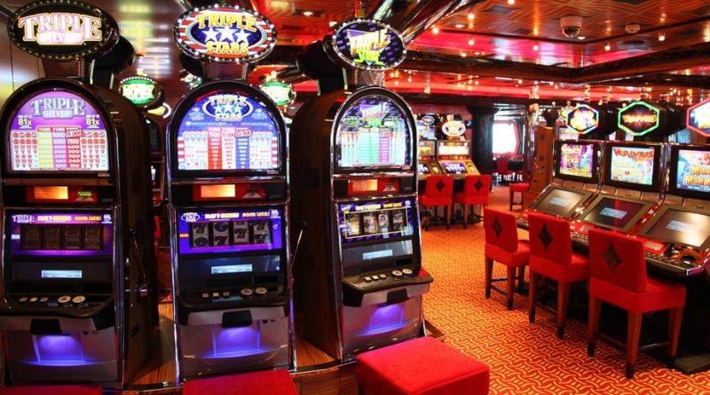 wnętrze kasyna z automatami do gier