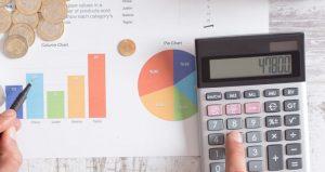 wykresy i diagramu kołowe na kartce i kalkulator