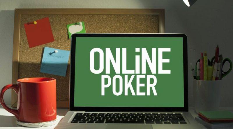 ekran laptopa z napisem Poker Online na zielonym tle