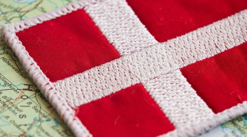 mała flaga Danii położona na mapie