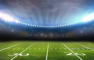Puste boisko do piłki nożnej oświetlone sztucznym światłem