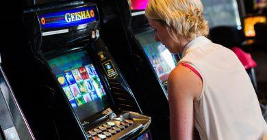 kobieta przed maszyną do gier