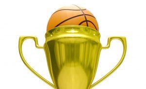 złoty puchar z piłką do koszykówki w środku