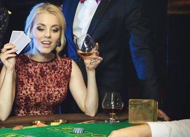 kobieta przy stole pokerowym