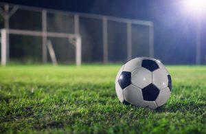 piłka do futbolu na murawie boiska
