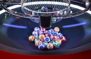 Kule Lotto w maszynie losującej