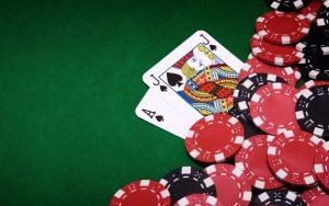 karty do gry i żetony na pokerowym stole