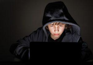 młody chłopiec przed komputerem