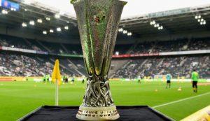 Puchar Ligi Europy na tle boiska piłkarskiego