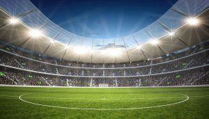 oświetlone reflektorami boisko piłkarskie