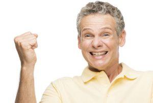 uśmiechnięty mężczyzna na białym tle