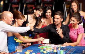 grupa młodych ludzi przy pokerowym stole
