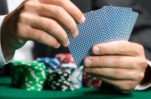 gracz grający w pokera