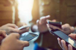 telefony komórkowe trzymane w dłoniach
