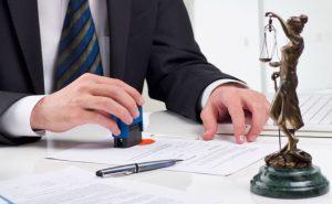 prawnik stawiający pieczęć na dokumencie