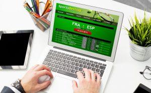 laptop ze stroną do typowania na ekranie do tekstu o ryzyku hazardu w zakładach sportowych