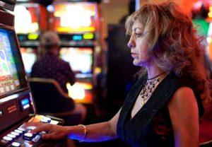 Ryzyko uzależnienia od gier losowych na pieniądze jest niewielkie, ale samo uzależnienie jest poważnym problemem